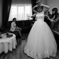 Сборы невесты.Укол булавкой. :: Алексей Хаустов