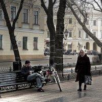 на бульваре хмурым днем :: Александр Корчемный