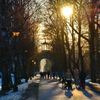 И солнце теплое весной , нас освещает очень ярко, что бы не только и фонарь простой горел, но и душа :: Валентина Папилова