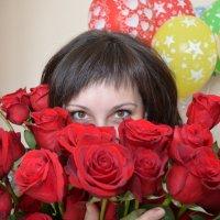 Девушка с букетом роз и шарами :: Сергей Тагиров