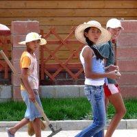 "Девушки-киргизки. Иссык-Куль, коттеджный городок ""Акмарал"" :: Асылбек Айманов"