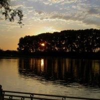Закат на реке :: Евгений Р