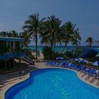 Вид из нашего отеля на бассейн и берег океана :: Юрий Поляков