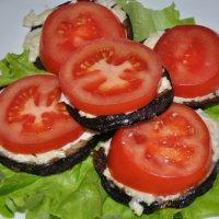 Бутерброд с баклажаном и томатом :: Сергей Тагиров