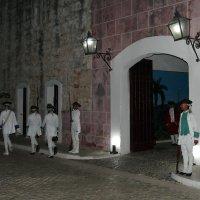 В крепости Ла-Кабанья. Смена караула (Гавана, Куба) :: Юрий Поляков