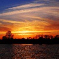 Облачка на закате дугой.. :: Антонина Гугаева