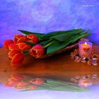 Тюльпаны и свеча в зеркальном отражении :: Nina Yudicheva