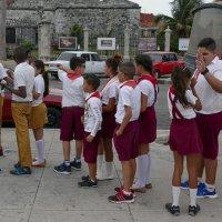 Пионервожатый со своим отрядом у исторического музея (Гавана, Куба) :: Юрий Поляков