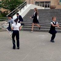 На школьном дворе :: Асылбек Айманов