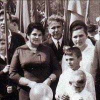 Мама на первомайской демонстрации. 1962 год :: Нина Корешкова