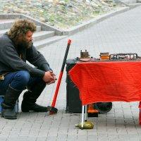 Продавать - не молотом махать. :: Николай Карандашев