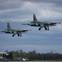 Посадка парой парадных Су-25 на аэродроме Кубинка, после возвращения из Москвы. :: Павел Myth Буканов
