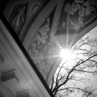 Солнце выглядывает из-за крыши беседки в парке Царицыно :: Алена Зингер