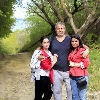 Папа с дочками. :: Наталья Малкина