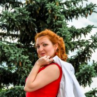 Портрет на фоне ели :: Сергей Тагиров