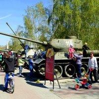 Из коляски - на танк :: Александр Садовский