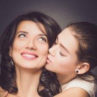 Поцелуй дочери :: Volodymyr Popov