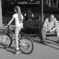 один мужчина с пивом в парке :: Максим Должанский