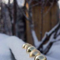 Ёлочные игрушки на снегу :: Елена Исхакова
