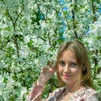 С цветущей яблоней :: Сергей Тагиров