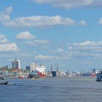 Гамбург. По Эльбе под ясным небом и облаками :: Nina Yudicheva