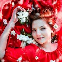 В яблоневом цвету :: Юлия