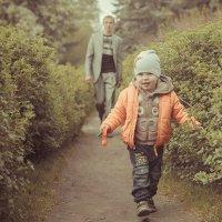 Сын выгуливает папу... :: maxihelga ..............
