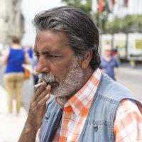 Цыган торгующий курительным табаком... :: Cергей Павлович