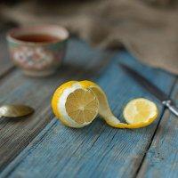 Лимон на деревянном столе :: Ирина Лепнёва