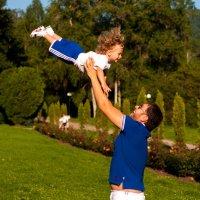 Папа подбрасывает малыша вверх :: Константин Кордонский