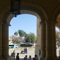 За колоннами бывшего президентского дворца (теперь музей Революции, Гавана, Куба) :: Юрий Поляков