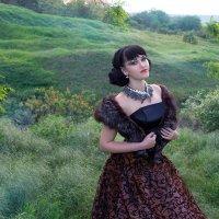 В капризе женском столько совершенства,  Невинно бровь изогнута дугой. :: Райская птица Бородина