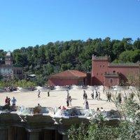 Знаменитая скамейка Гауди на главной площади парка Гуэля, Испания. :: Tamara