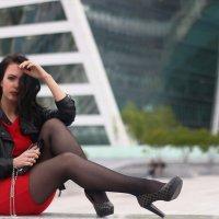 Девушка в красном платье (Москва-сити) :: Иван Лычёв