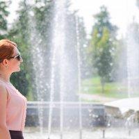 Солнечный полдень около фонтана :: Сергей Тагиров