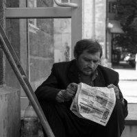 На крыльце :: Artem Zelenyuk