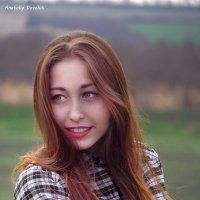 Девушка на фоне пейзажа :: Anatoly Dovzhik