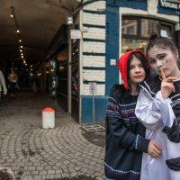 И сквозь маски на лицах,  разгляди в ком Огонь ещё жив :: Ирина Данилова