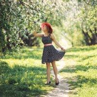 Прогулка по яблоневом саду :: Дмитрий Додельцев