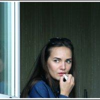 Вот девица у окна - смотрит в даль, мыслей полна. :: юрий