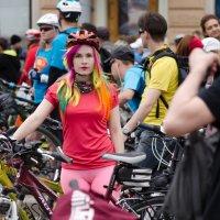 Яркая велосипедистка :: Александр Ивашков