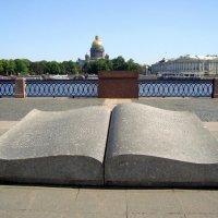 Раскрытая каменная книга на Университетской набережной :: Елена Смолова