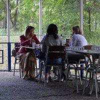 В летнем кафе :: Валерий Лазарев