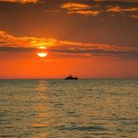 Над морем короток закат... :: Александр Пушкарёв