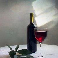 С бокалом красного вина. :: Людмила Крюкова