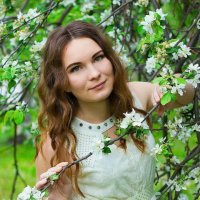 Девушка в саду :: Марина Кулымова