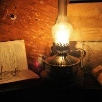 При свете лампы :: Сергей Чиняев