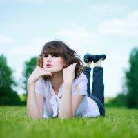 Девушка на зеленой траве :: Оксана Смолкина
