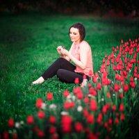 Анютка и тюльпаны... :: Alex Lipchansky