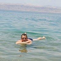 Не подумайте, что это рядом с берегом. Действительно, лежишь на воде! Фантастика! :: Наталья Лебедева